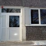 Baltas PVC divviru durvis un logs