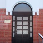 Krāsotas alumīnija durvis kombinācijā ar laminētu PVC vitrīnu