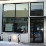 Krāsots alumīnija durvju bloks un laminēta PVC vitrīna
