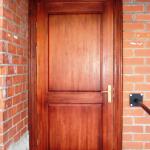 Vienkāršas līmēta koka durvis